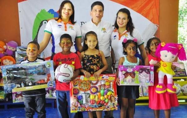 Tucán entrega juguetes y premia a estudiantes